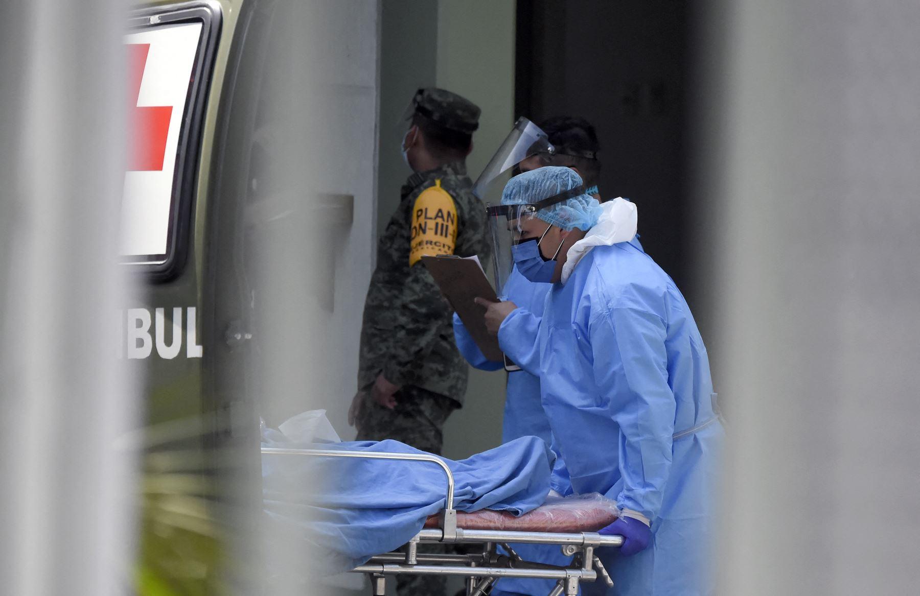"""Personal médico de la Secretaría de la Defensa Nacional ingresa a un paciente de Covid-19 en el """"Hospital Militar Chivatito"""" de la Ciudad de México. Foto: AFP"""