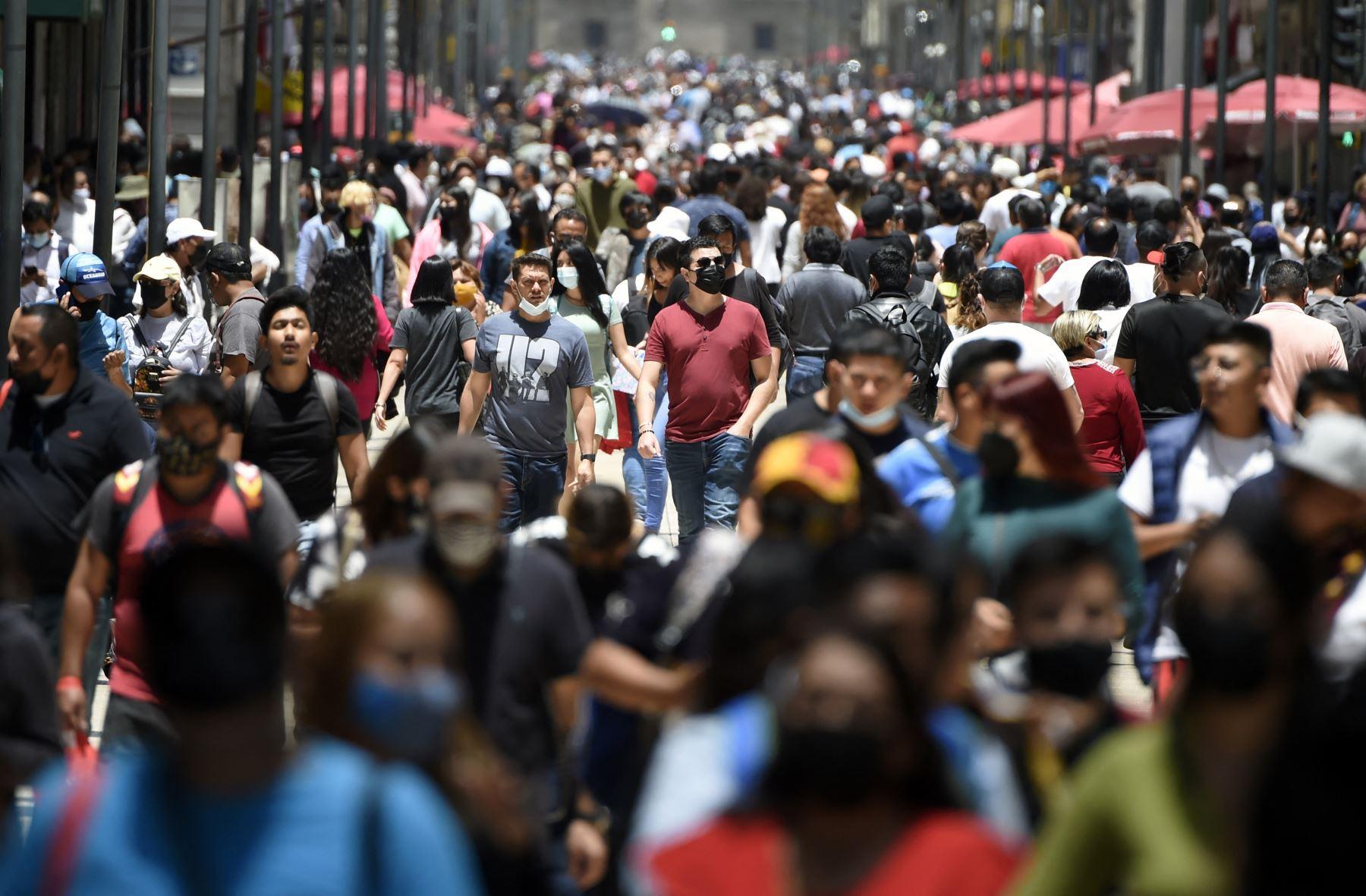 Multitud de personas caminando por las calles de la Ciudad de México en medio de la pandemia de COVID-19. Foto: AFP