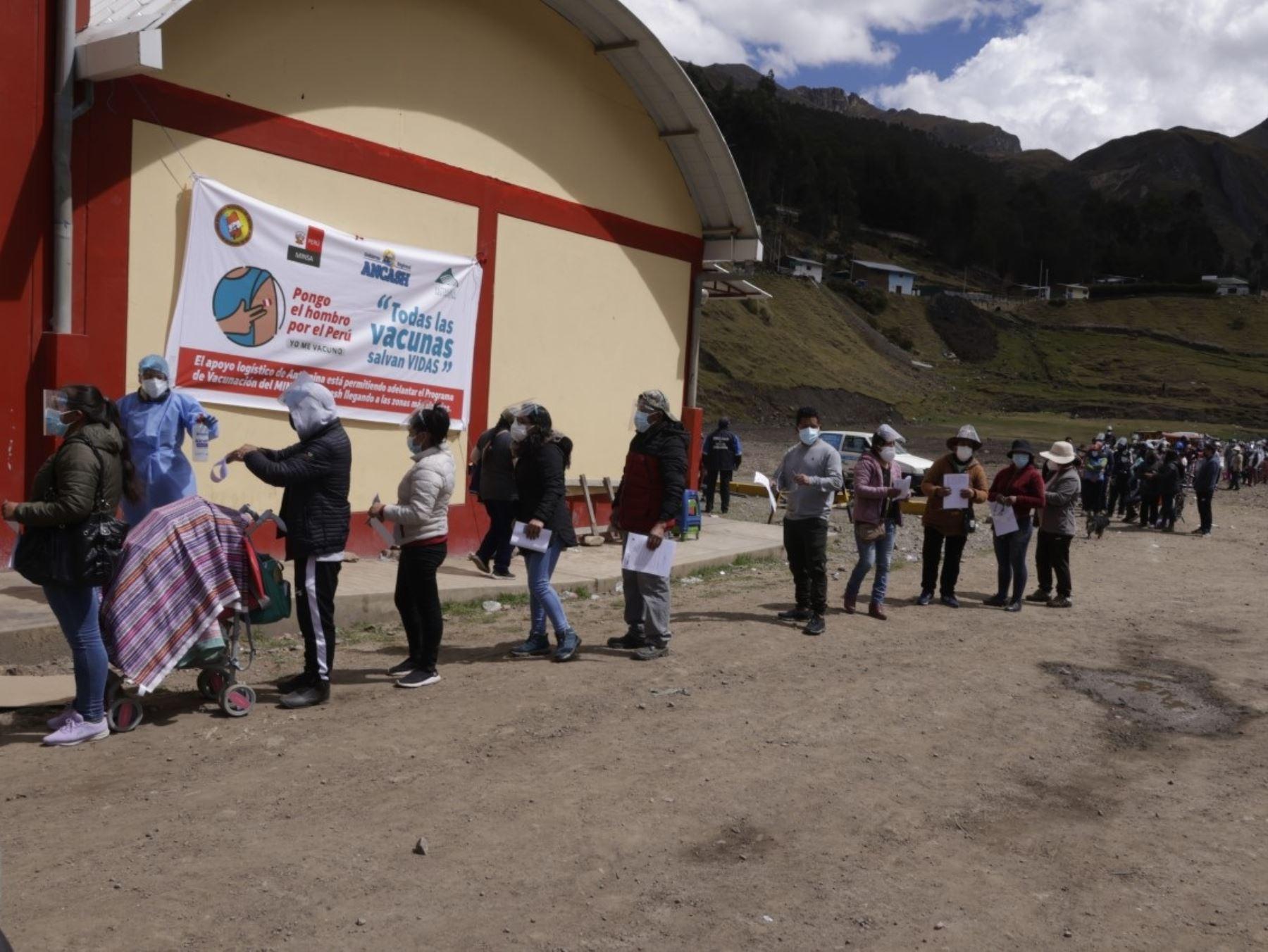 Destacan avance de la aplicación de la vacuna contra la covid-19 a mayores de 18 años que viven en comunidades campesinas de Áncash. ANDINA/Difusión