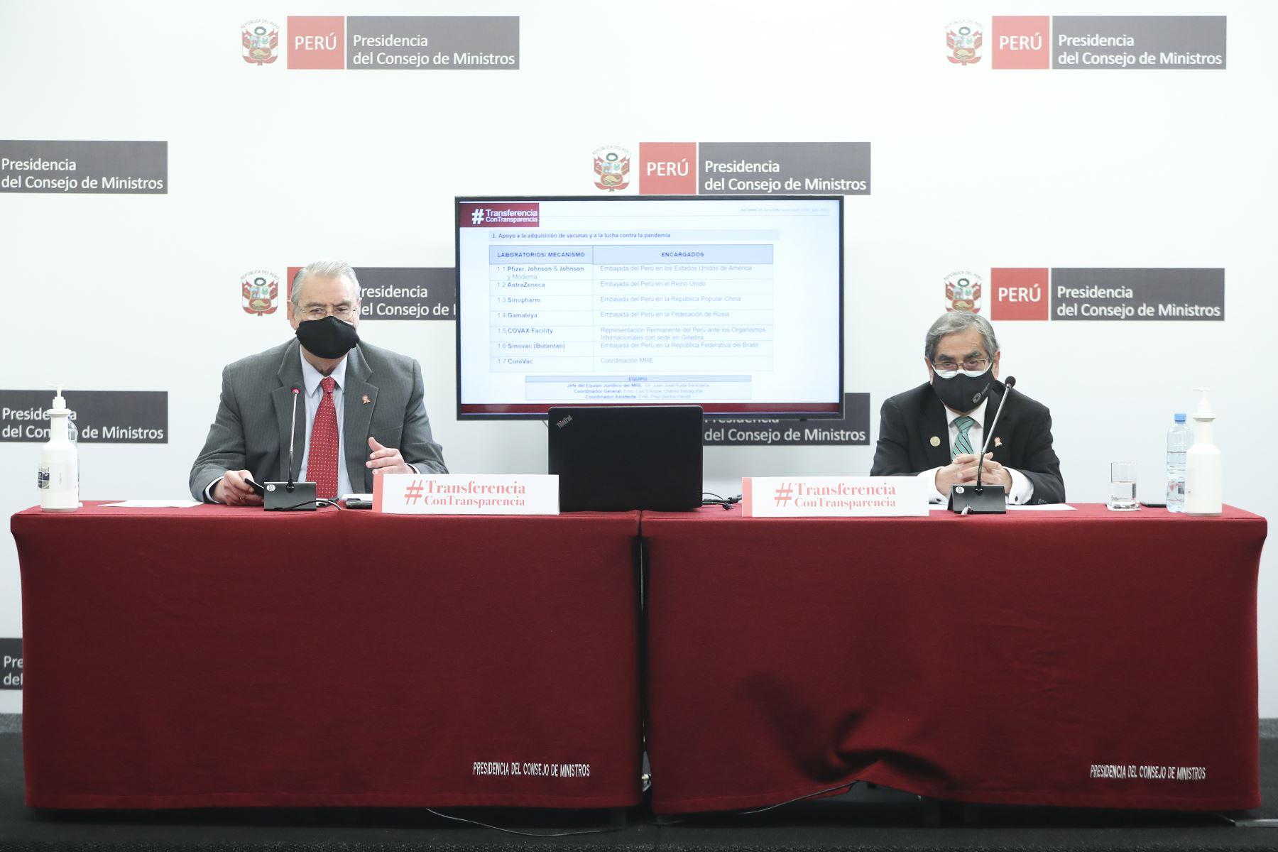 El ministro de Relaciones Exteriores, Allan Wagner, junto al titular del ministerio de Salud, Oscar Ugarte, brindan conferencia de prensa sobre el balance de su gestión. Foto: ANDINA/PCM