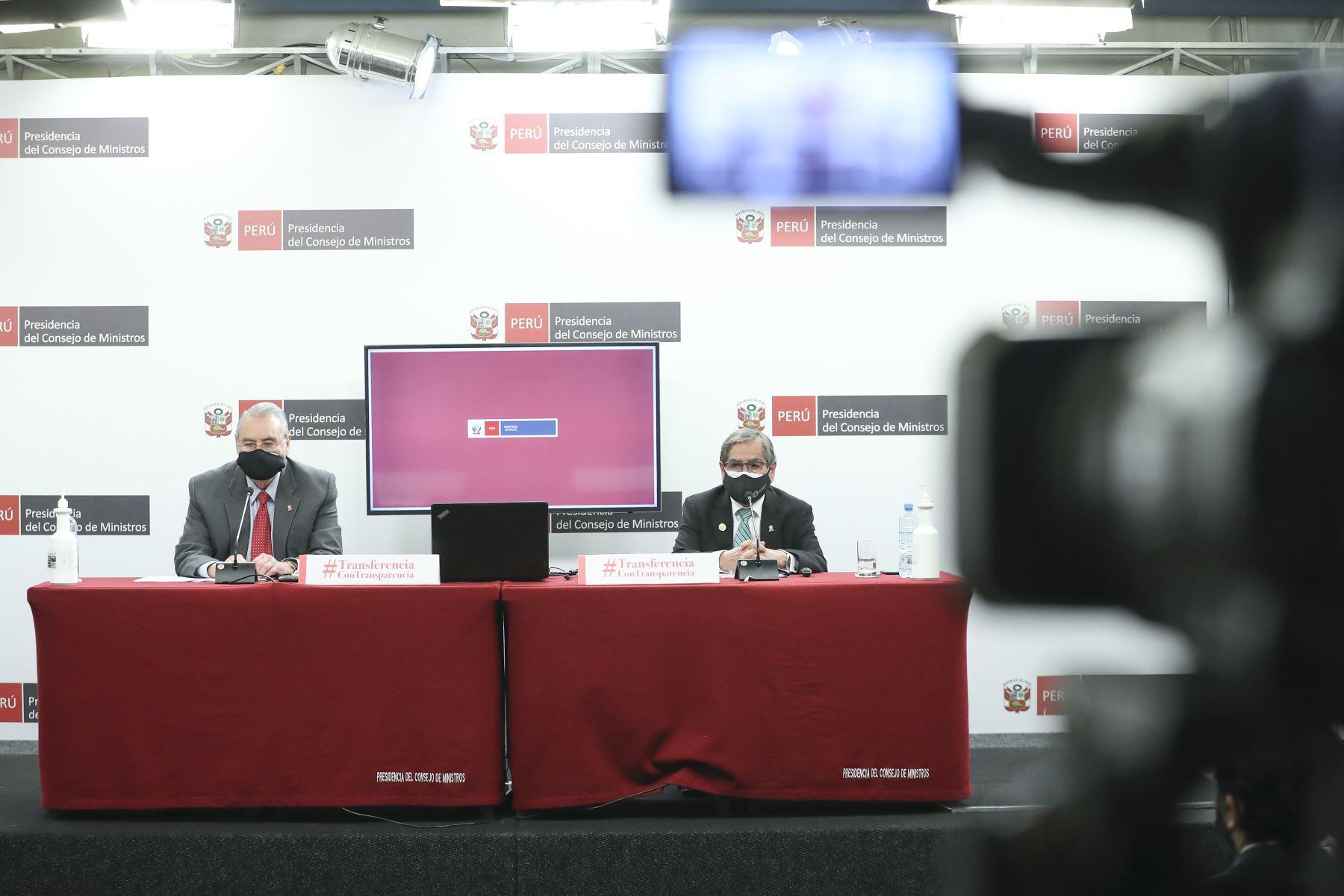 El ministro de Relaciones Exteriores, Allan Wagner, junto al ministro de Salud, Oscar Ugarte, brindan penúltima conferencia de prensa Transferencia con Transparencia sobre el balance de su gestión. Foto: ANDINA/PCM