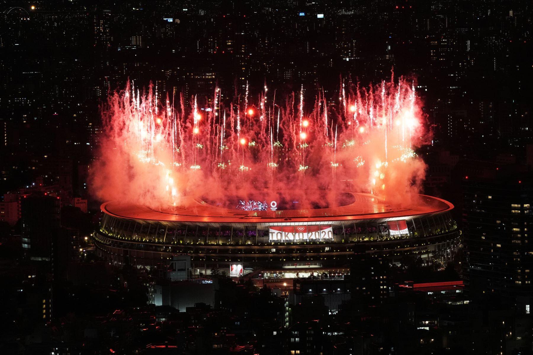 Fuegos artificiales al inicio de la Ceremonia de Apertura de los Juegos Olímpicos de Tokio 2020 en el Estadio Olímpico de Tokio, Japón. Foto: EFE