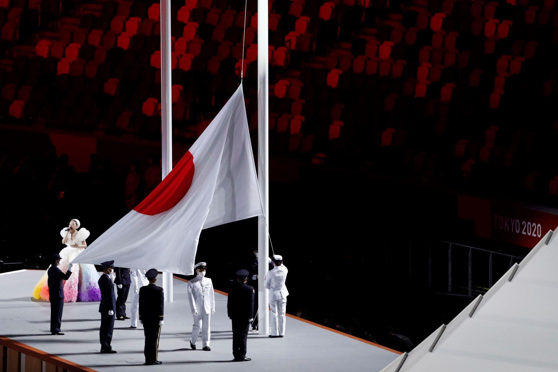 La bandera nacional japonesa se iza durante la ceremonia de apertura de los Juegos Olímpicos de Tokio 2020 en el Estadio Olímpico de Tokio, Japón. Foto: EFE
