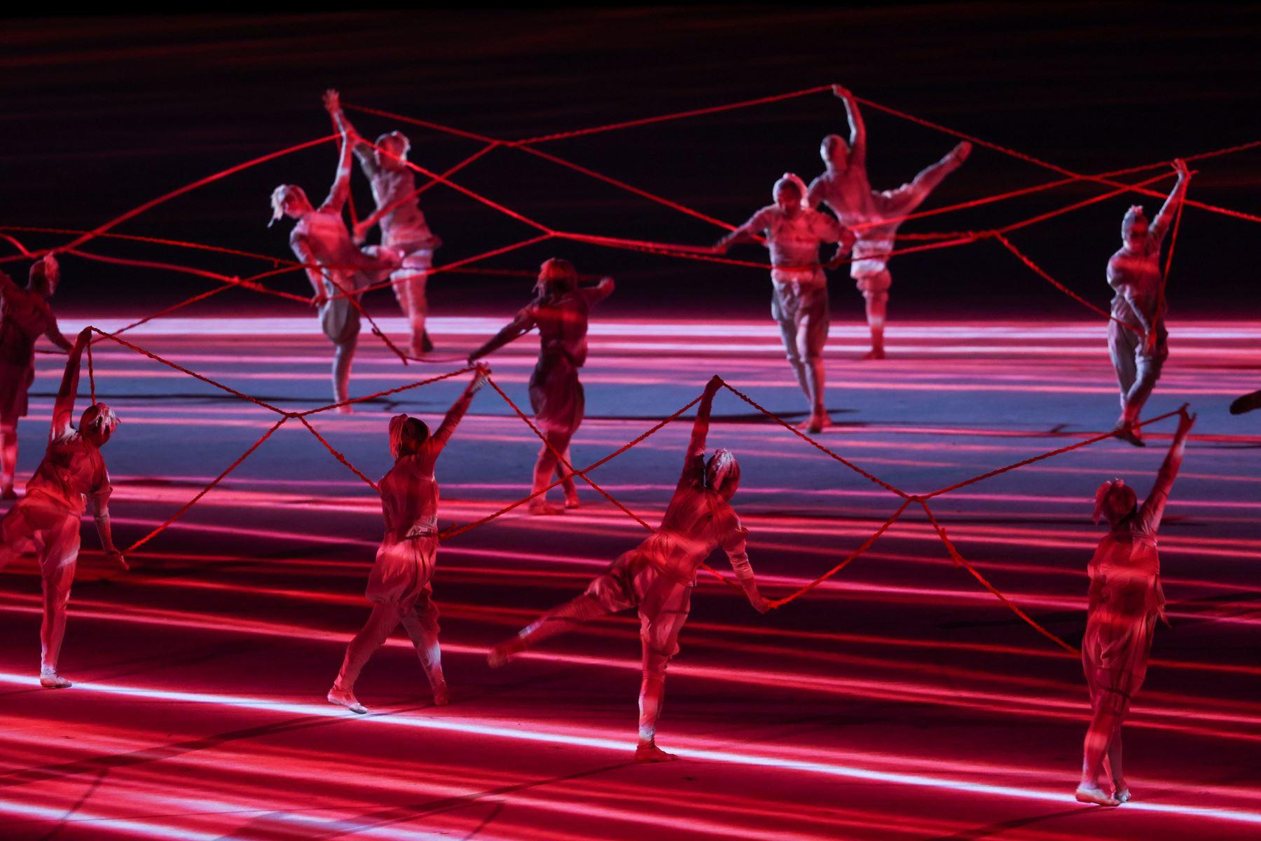 Los artistas ejecutantes bailan durante la Ceremonia de Apertura de los Juegos Olímpicos de Tokio 2020 en el Estadio Olímpico de Tokio, Japón. Foto: EFE