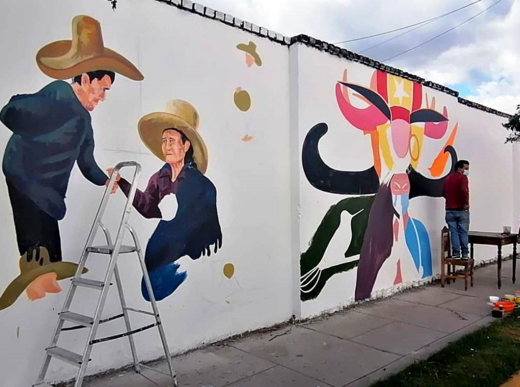Artistas cajamarquinos pintan murales en hospital Simón Bolívar como parte de las actividades para conmemorar el Bicentenario de la Independencia. Foto: Eduard Lozano