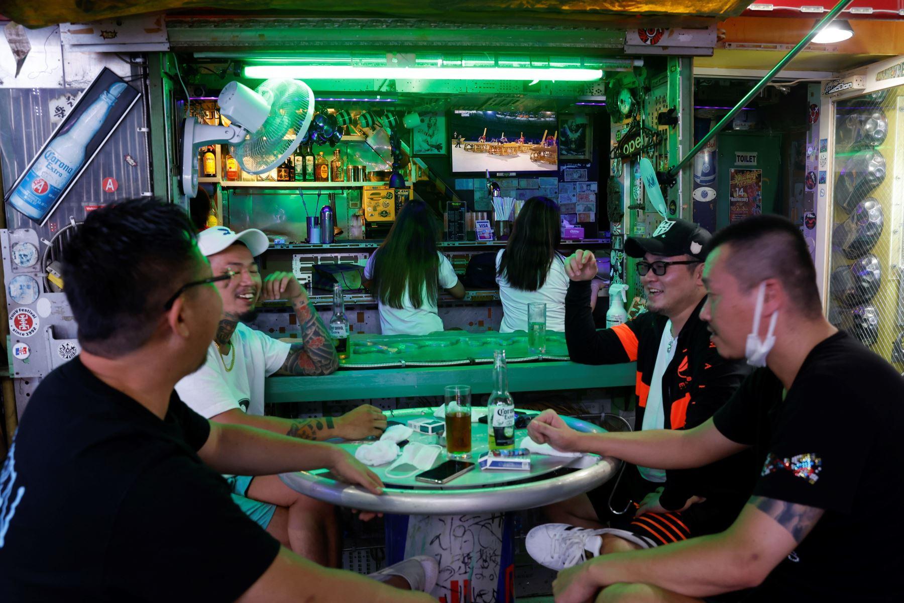 Clientes de un bar siguen por televisión la ceremonia inaugural de los Juegos Olímpicos de Tokio 2020. Foto: EFE