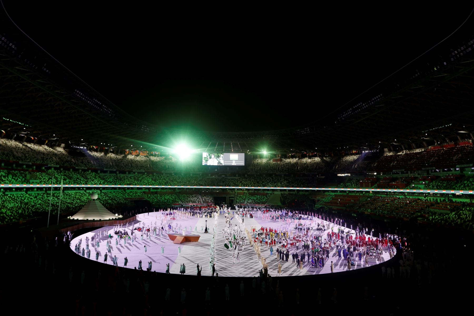 Representantes de distintos países desfilan durante la ceremonia inaugural de los Juegos Olímpicos de Tokio. Foto: EFE