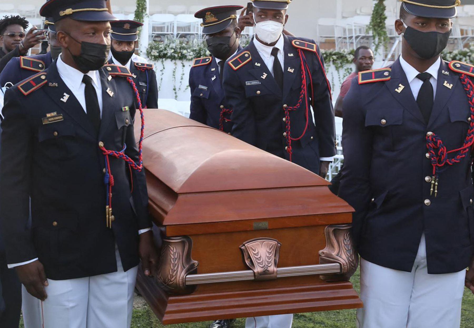 Un batallón rindió honores militares al jefe de Estado. Mientras que la ceremonia religiosa fue dirigida por cinco sacerdotes. Foto: AFP