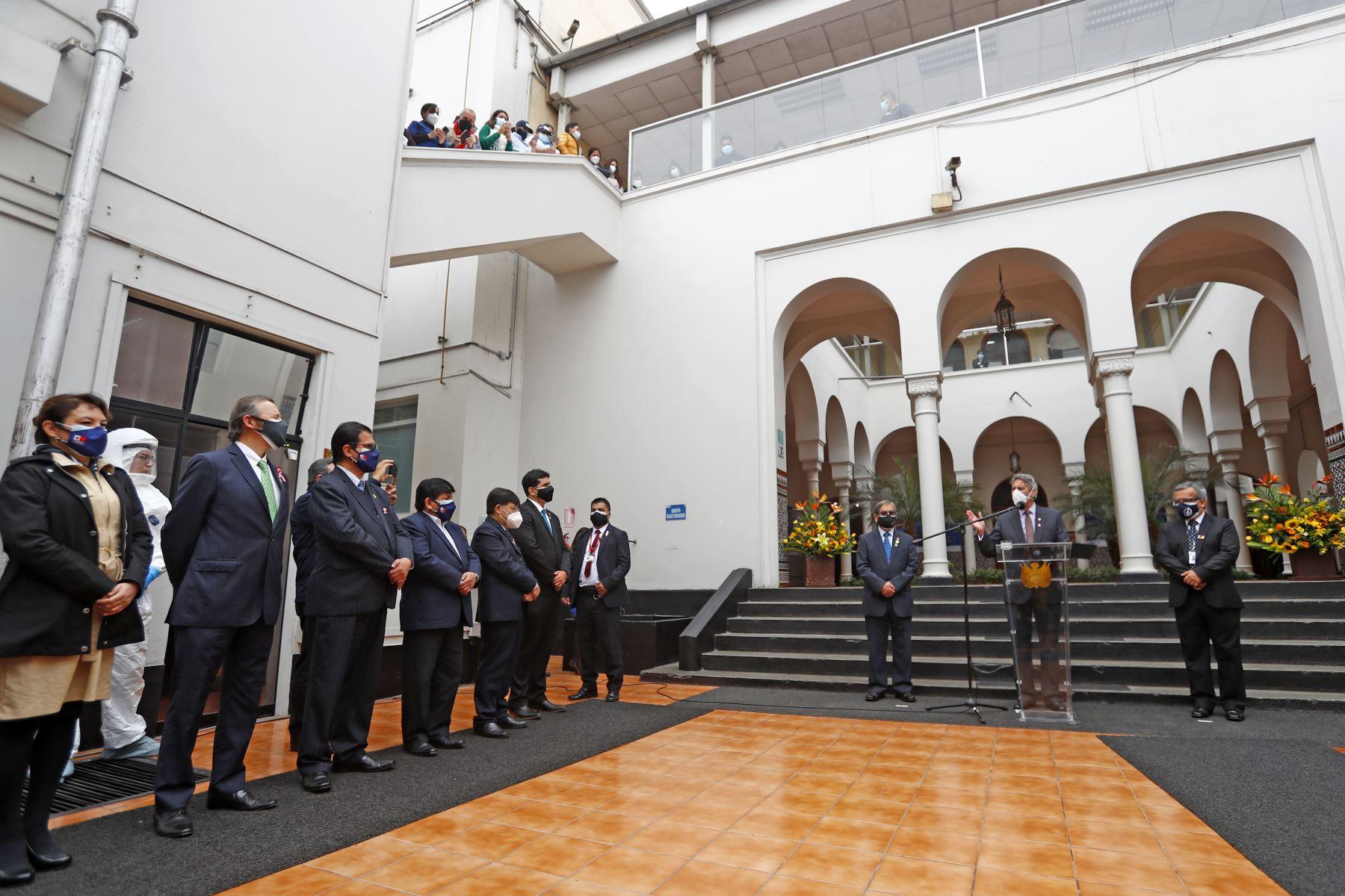La ceremonia contó con la participación del ministro de Salud, Óscar Ugarte; del jefe del INS, Víctor Suárez; y del director ejecutivo del Proyecto Especial Legado Juegos Panamericanos y Parapanamericanos, Alberto Valenzuela; así como con la presencia de funcionarios y trabajadores del INS. Foto: ANDINA/ Prensa Presidencia