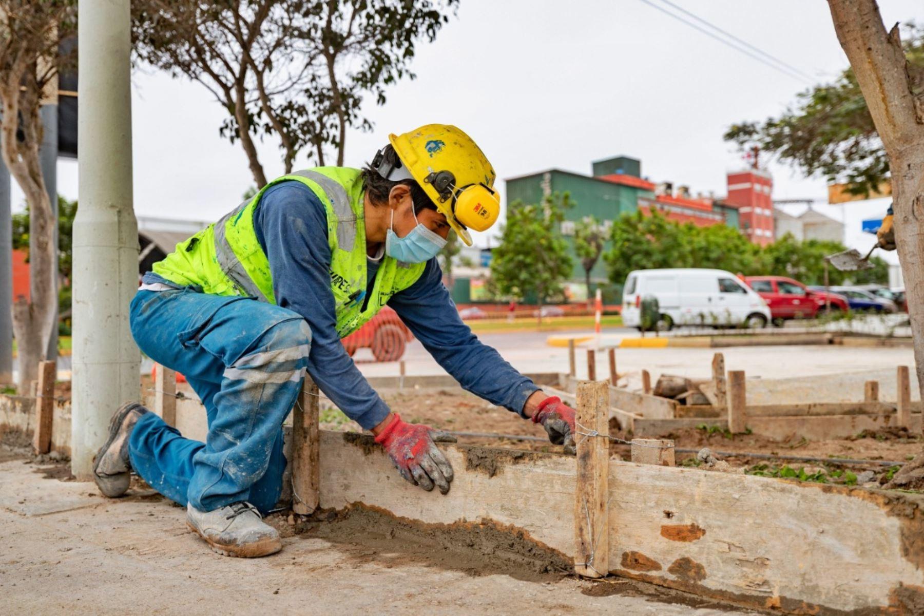 En las actividades participan ingenieros, técnicos y operarios, quienes cuentan con equipos de protección personal, como guantes, casco, calzado de seguridad, entre otros implementos. Foto: ANDINA/ Municipalidad Metropolitana de Lima.