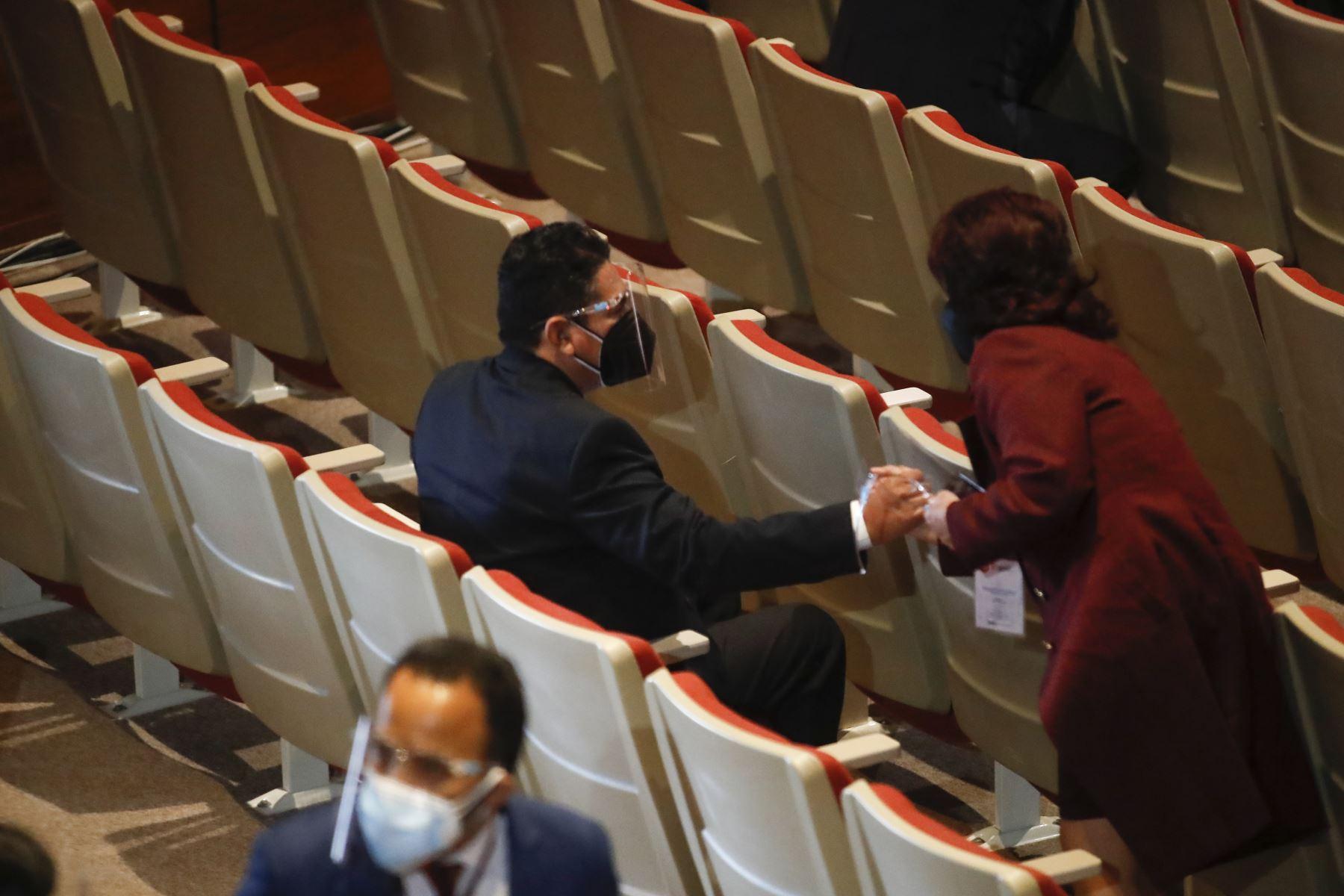 Pedro Castillo recibe credencial como presidente electo de la República del Perú para el periodo 2021-2026. Vladimir Cerrón, secretario general de Perú Libre, participa en la ceremonia. Foto: ANDINA/Juan Carlos Guzmán