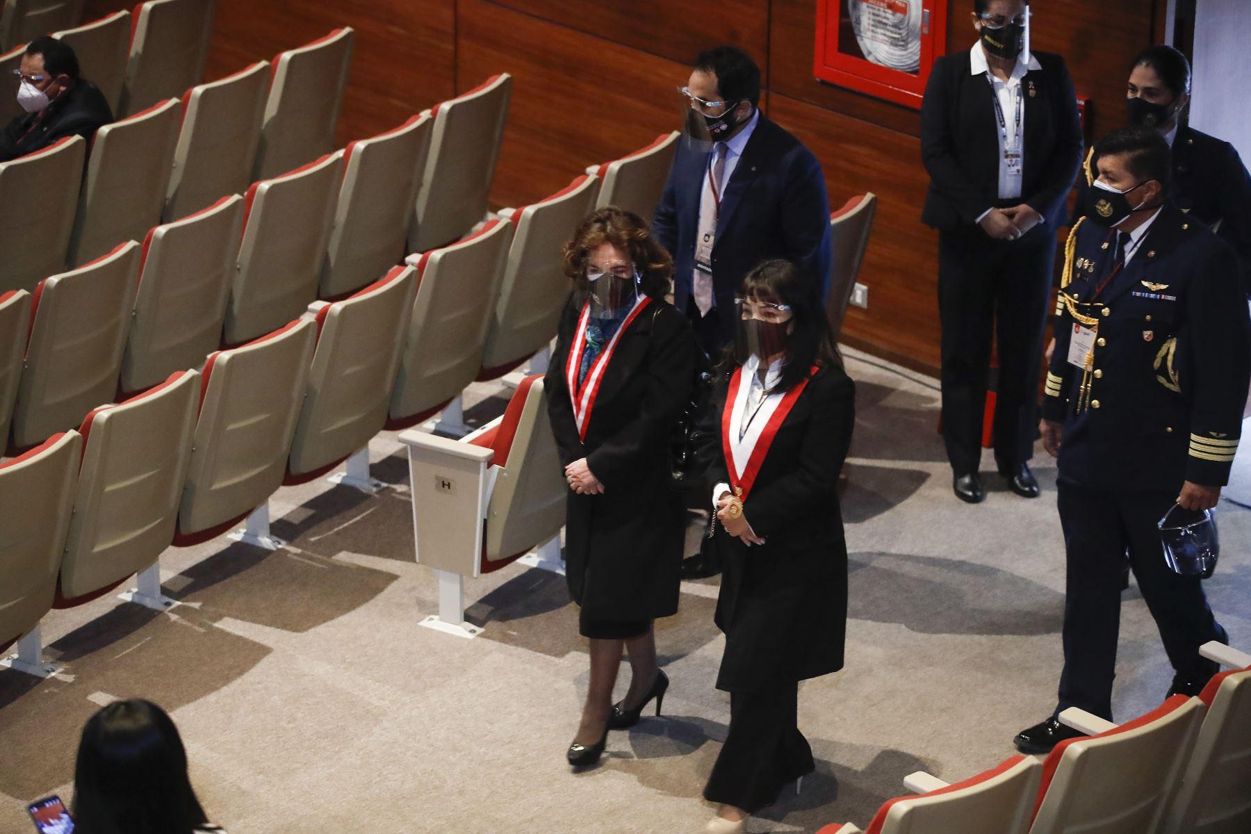 Pedro Castillo recibe credencial como presidente electo de la República del Perú para el periodo 2021-2026. Presidenta del Congreso, Mirtha Vásquez, junto a la presidenta del Poder Judicial, Elvia Barrios, participan en la ceremonia. Foto: ANDINA/Juan Carlos Guzmán