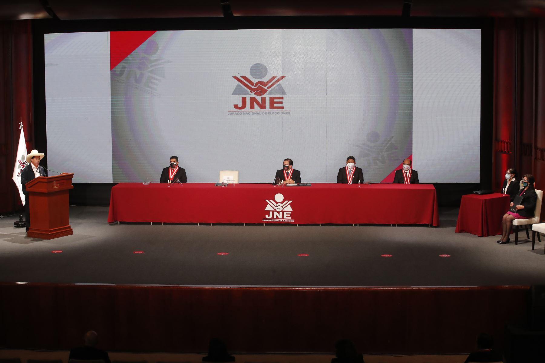 Pedro Castillo recibe credencial como presidente electo de la República del Perú para el periodo 2021-2026. La vicepresidenta electa, Dina Boluarte, también estuvo presente en la ceremonia. Foto: ANDINA/Juan Carlos Guzmán
