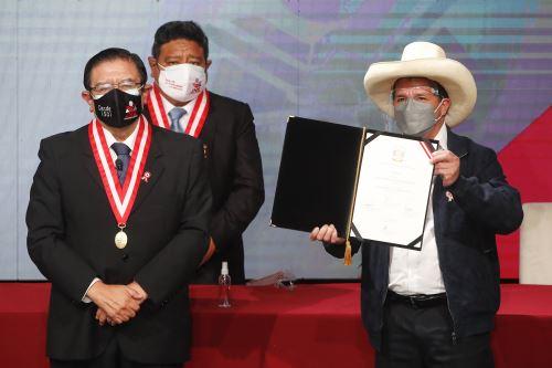 Pedro Castillo recibe credencial como presidente electo de la República