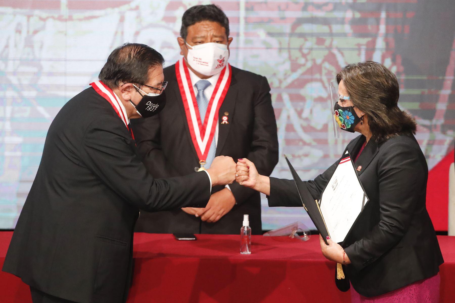 Dina Boluarte recibe credencial como primera vicepresidenta electa de la República del Perú para el periodo 2021-2026. Foto: ANDINA/Juan Carlos Guzmán