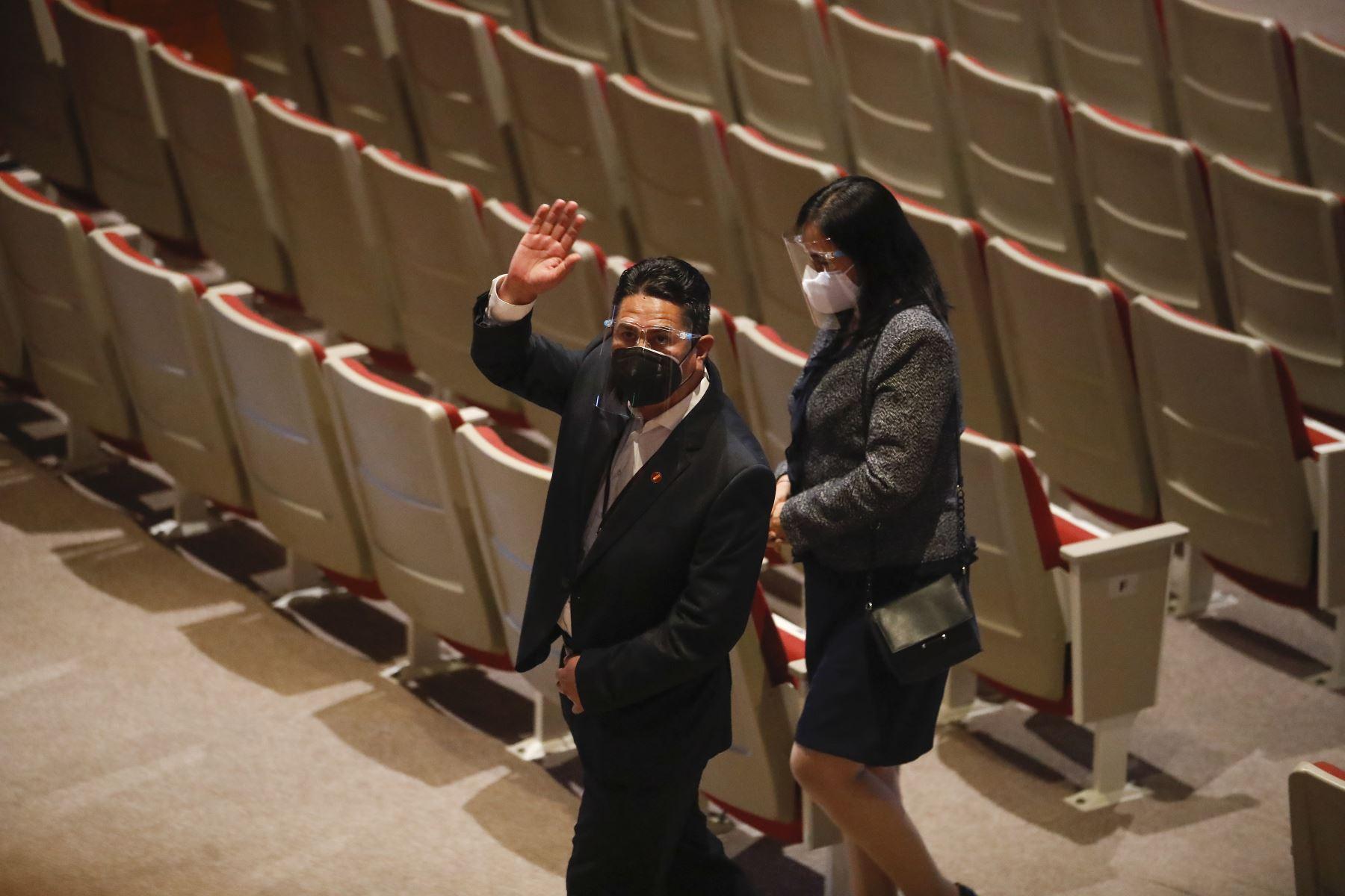Pedro Castillo recibe credencial como presidente electo de la República del Perú para el periodo 2021-2026. Participa en la ceremonia, Vladimir Cerrón, secretario general de Perú Libre. Foto: ANDINA/Juan Carlos Guzmán