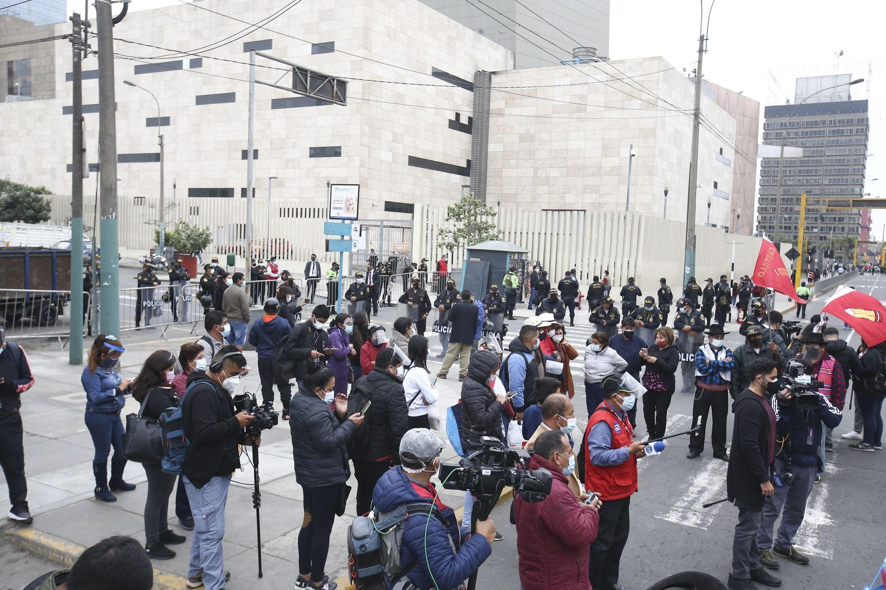 Simpatizantes de Perú Libre se concentran en los exteriores del ministerio de Cultura donde Pedro Castillo recibe credencial como presidente electo de la República. Foto: ANDINA/Vidal Tarqui
