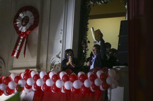 Presidente electo Pedro Castillo brinda balconazo en Plaza San Martín tras recibir credencial del JNE