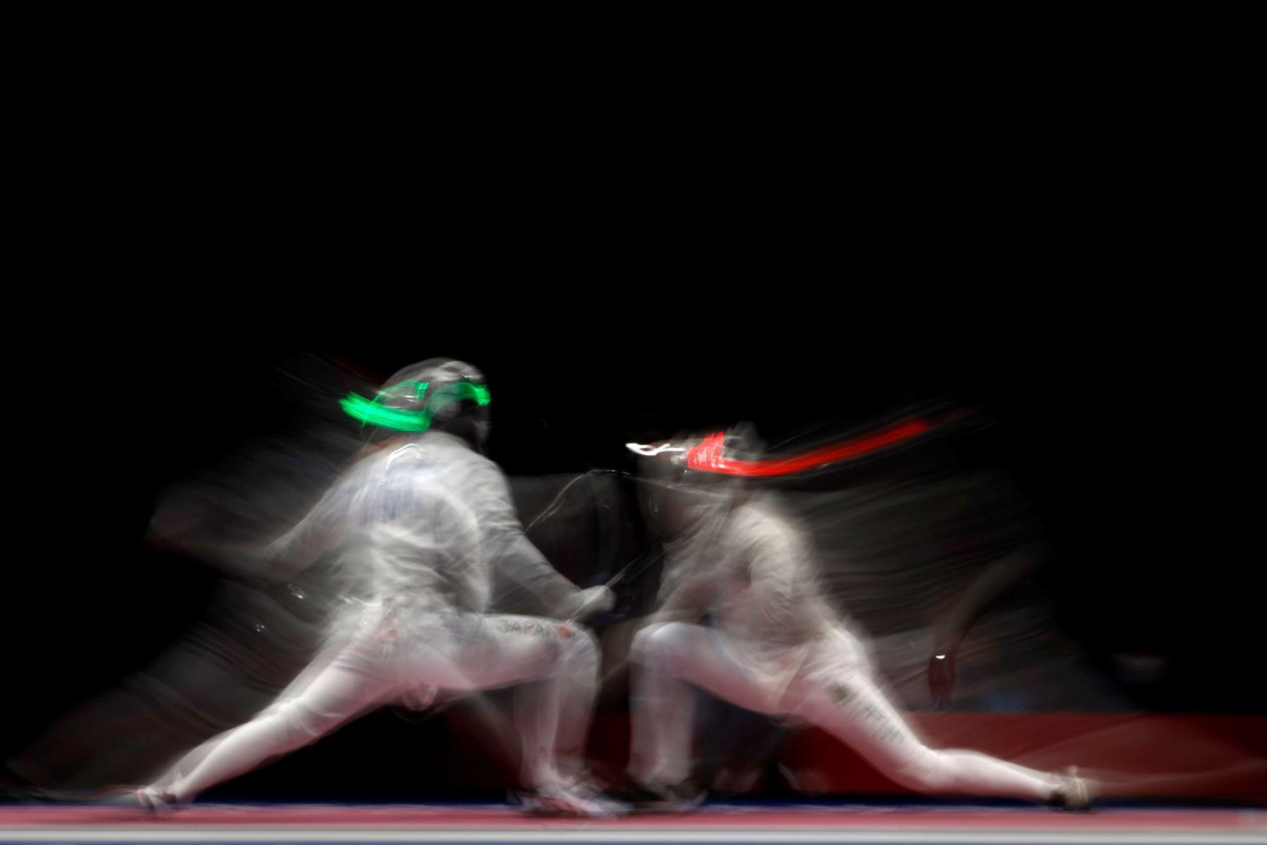 Kaito Streets de Japón en combate con Akram Bounabi de Argelia durante la ronda de 64 de sable individual masculino de Esgrima por los Juegos Olímpicos 2020, en Tokio, Japón. Foto: EFE