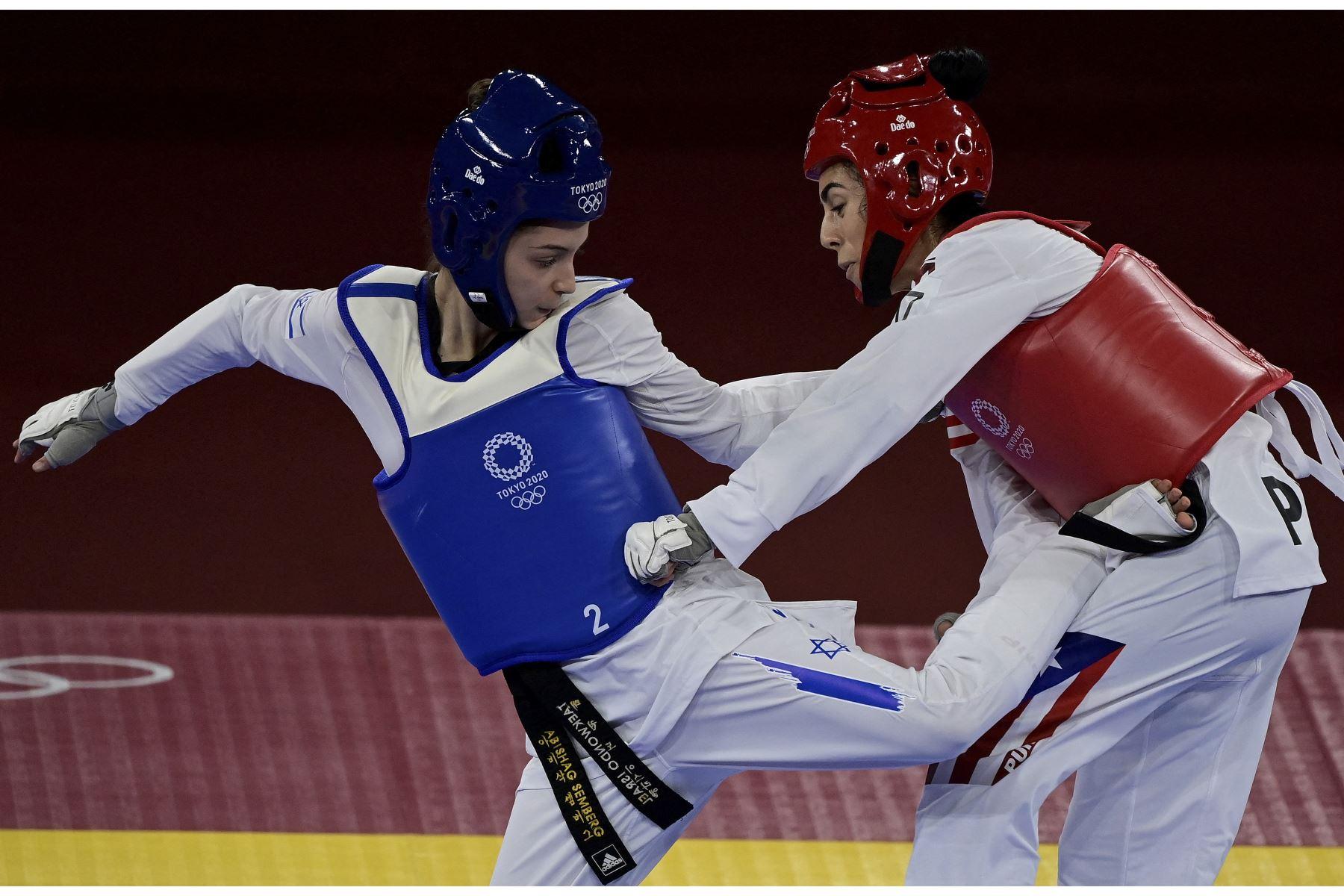 La israelí Abishag Semberg y la puertorriqueña Victoria Stambaugh compiten en la ronda eliminatoria femenina de taekwondo de -49 kg durante los Juegos Olímpicos de Tokio 2020, en el Makuhari Messe Hall, en Tokio. Foto: AFP