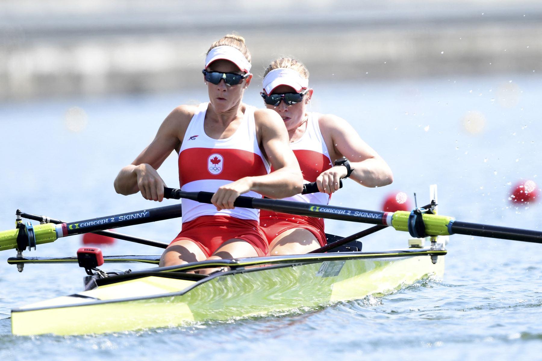 La canadiense Hillary Janssens y la canadiense Caileigh Filmer compiten en las eliminatorias de parejas femeninas durante los Juegos Olímpicos de Tokio 2020, en el Sea Forest Waterway, en Tokio. Foto: AFP