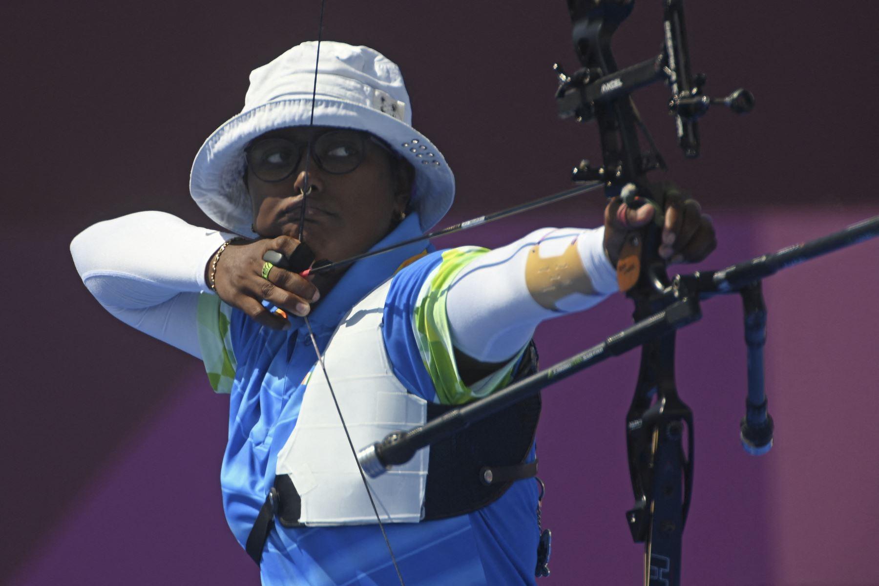 Deepika Kumari de India compite en un partido por equipos mixtos durante los Juegos Olímpicos de Tokio 2020, en el campo de tiro con arco del parque Yumenoshima, en Tokio. Foto: AFP
