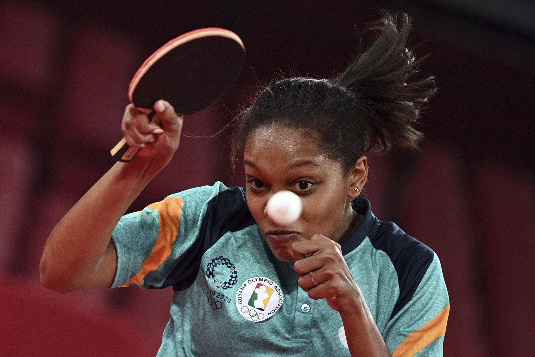 Chelsea Edghill de Guyana dispara contra Sally Yee de Fiyi durante su partido de tenis de mesa de la ronda preliminar de mujeres, en el Gimnasio Metropolitano de Tokio, durante los Juegos Olímpicos de Tokio 2020. Foto: AFP