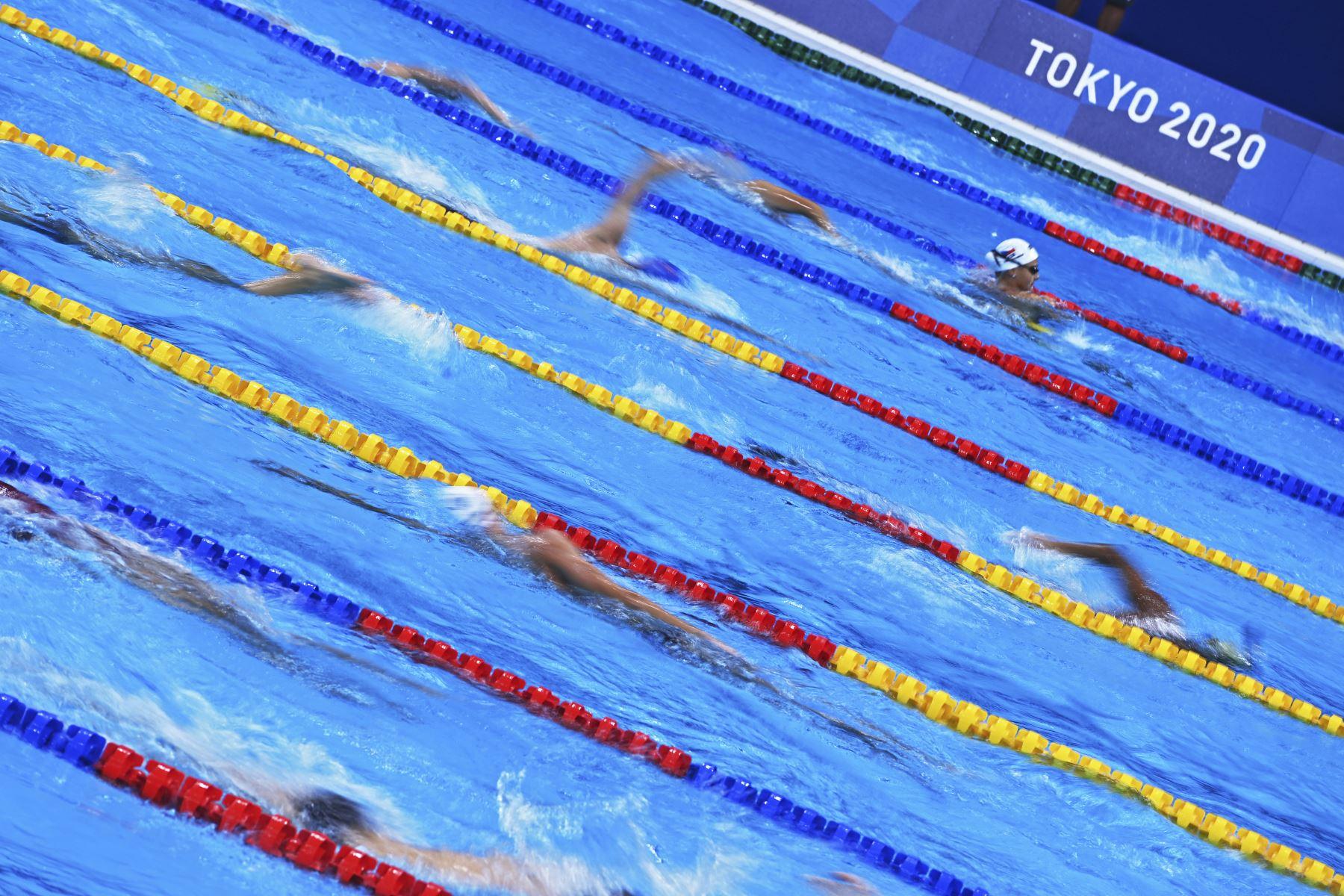 Los atletas participan en una sesión de entrenamiento de natación en el Centro Acuático de Tokio. Foto: AFP