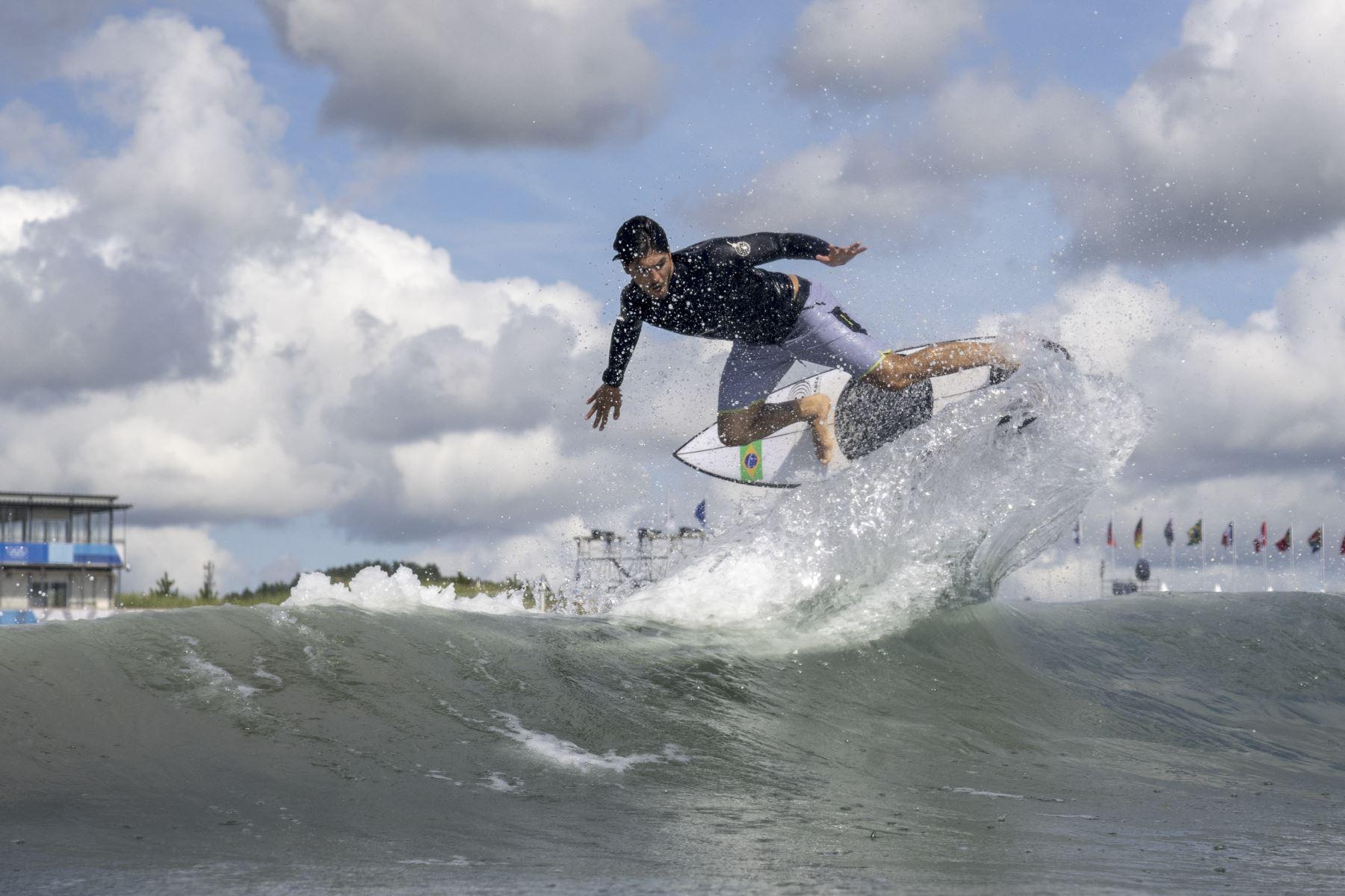 El brasileño Gabriel Medina monta una ola durante una sesión de entrenamiento en la playa de surf Tsurigasaki, en Chiba, durante los Juegos Olímpicos de Tokio 2020. Foto: AFP