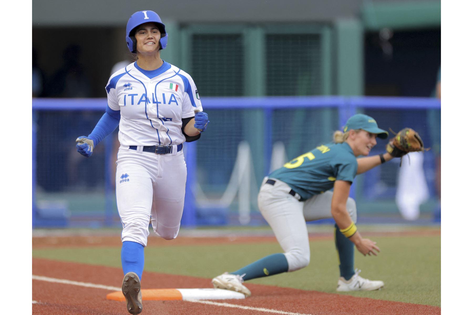 La italiana Giulia Koutsoyanopulos pasa por la primera base y da una sesión durante la sexta entrada de la ronda inaugural de softbol de los Juegos Olímpicos de Tokio 2020, en el estadio de fútbol Fukushima Azuma, Japón. Foto: AFP