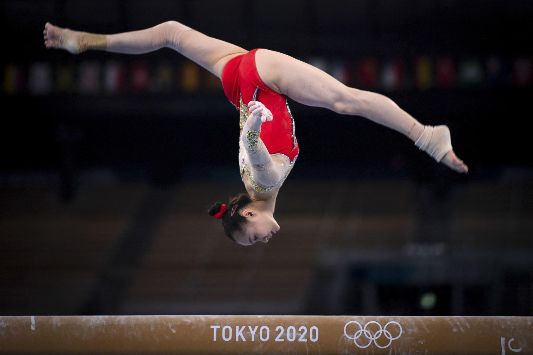 Una gimnasta china participa en una sesión de entrenamiento en el Centro de Gimnasia Ariake antes del inicio de los Juegos Olímpicos de Tokio 2020, en Japón. Foto: AFP