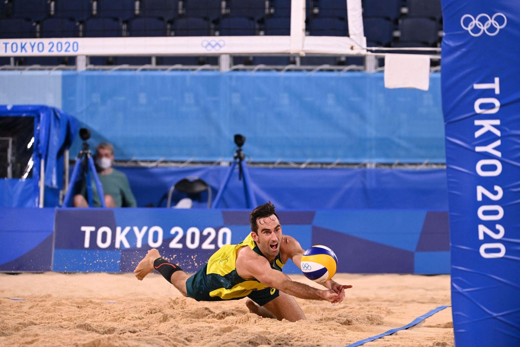 El australiano Damien Schumann se lanza a por el balón en el grupo preliminar de voleibol de playa masculino Un partido entre Noruega y Australia durante los Juegos Olímpicos de Tokio 2020 en el Parque Shiokaze de Tokio. Foto: AFP