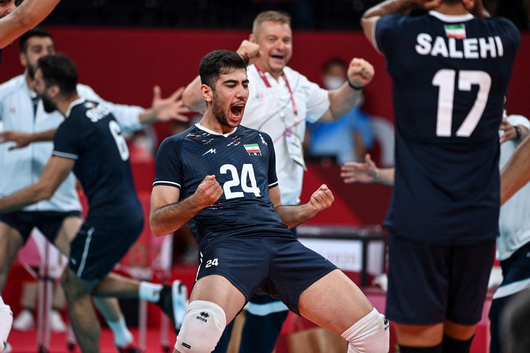 Los jugadores de Irán celebran su victoria en el partido de voleibol de la ronda preliminar masculina A entre Polonia e Irán durante los Juegos Olímpicos de Tokio 2020 en el Ariake Arena de Tokio. Foto: AFP