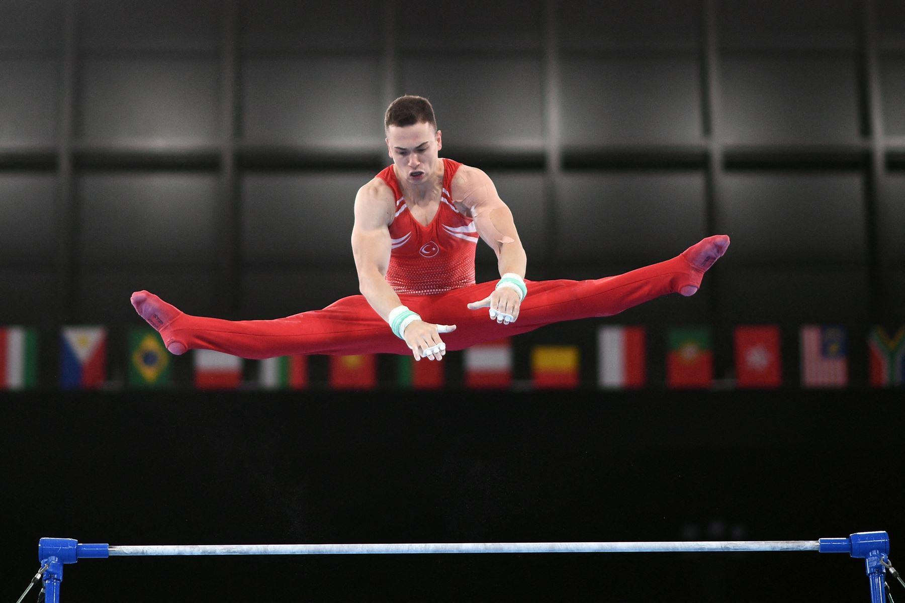 Ahmet Onder de Turquía compite en el evento de barras horizontales de la clasificación masculina de gimnasia artística durante los Juegos Olímpicos de Tokio 2020 en el Centro de Gimnasia Ariake en Tokio. Foto: AFP