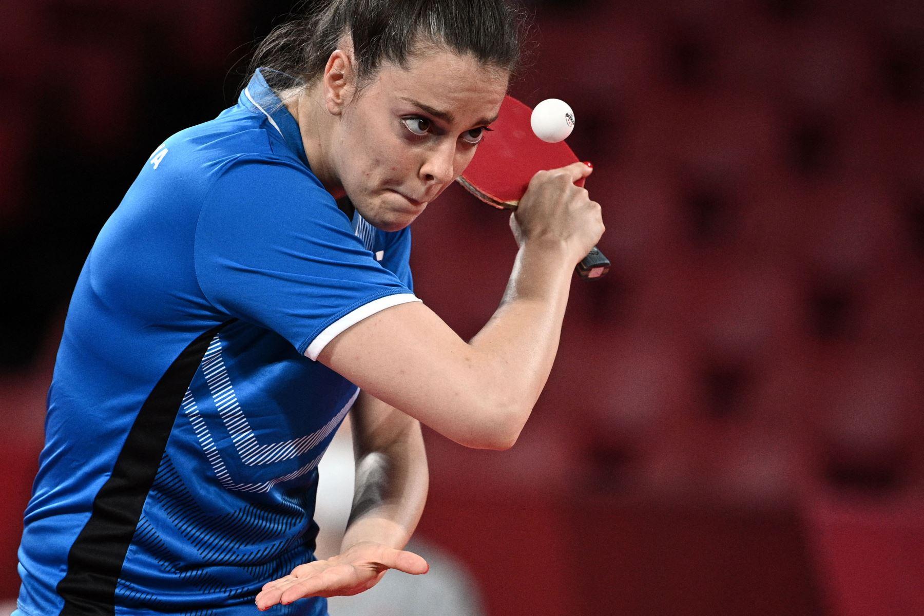 Polina Trifonova de Bulgaria mira la pelota mientras sirve a Sarah De Nutte de Luxemburgo durante el partido de tenis de mesa de la ronda 1 de individuales femeninas en el Gimnasio Metropolitano de Tokio durante los Juegos Olímpicos de Tokio 2020 en Tokio. Foto: AFP