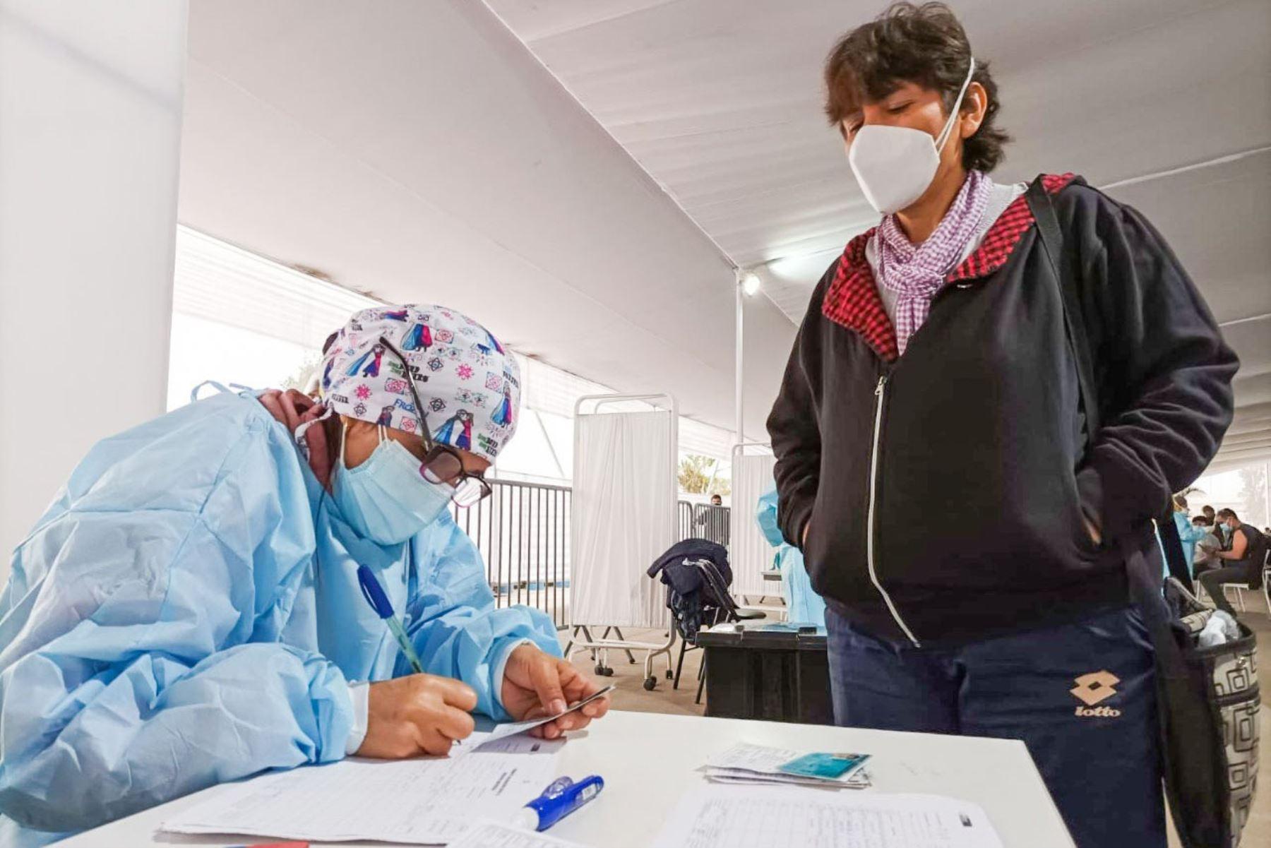 """Continua la campaña """" Vacunatón """"  en el vacunatorio Parque Zonal Huiracocha del distrito de San Juan de Lurigancho, luego de inocular más de 12 000 dosis el último fin de semana.  Foto: Minsa"""