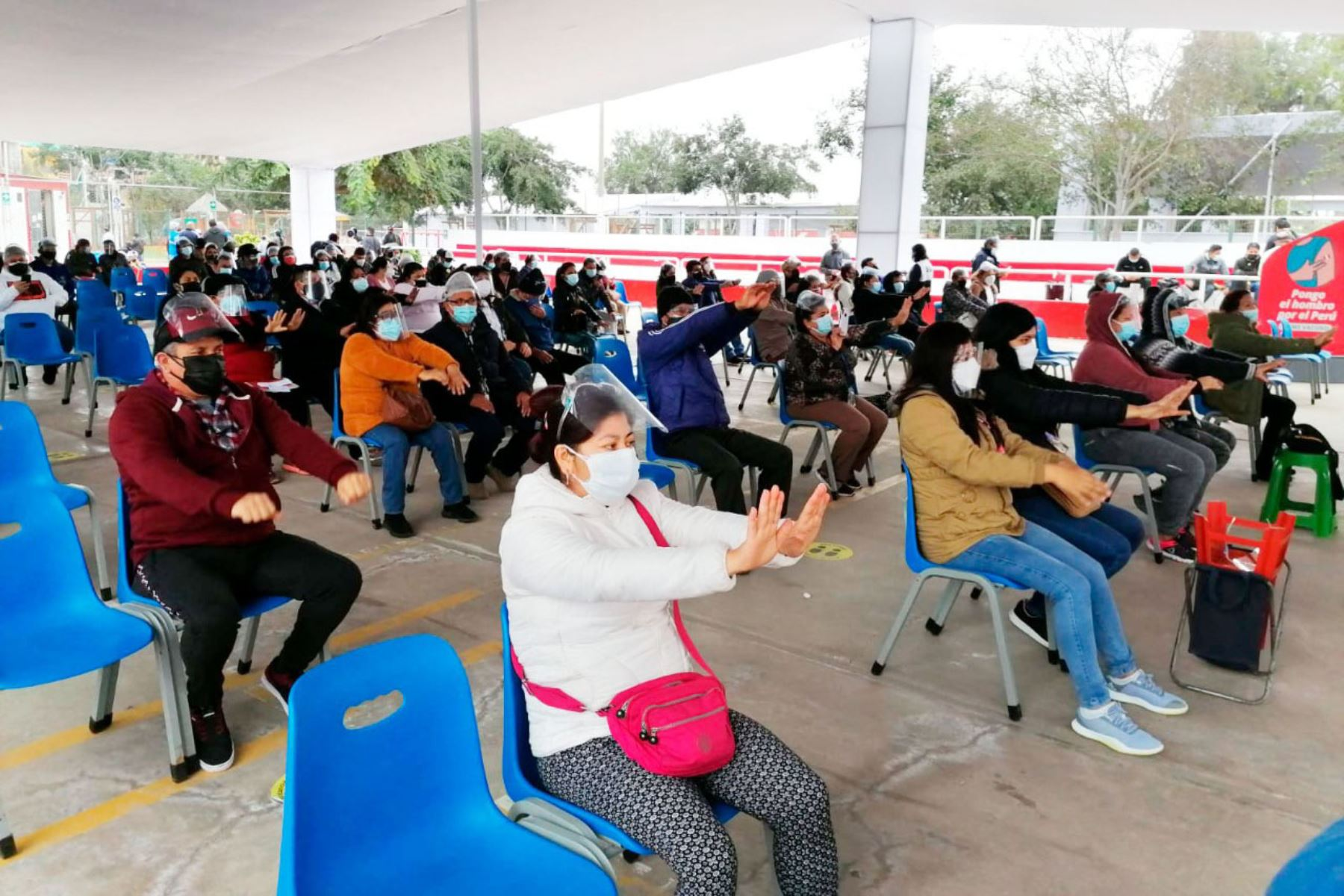 Continua campaña de vacunación en el Parque Zonal Mayta Cápac, en San Martín de Porres. En esta oportunidad personal de salud inicio  la vacunación, con una clase demostrativa de taichí. Foto: Minsa