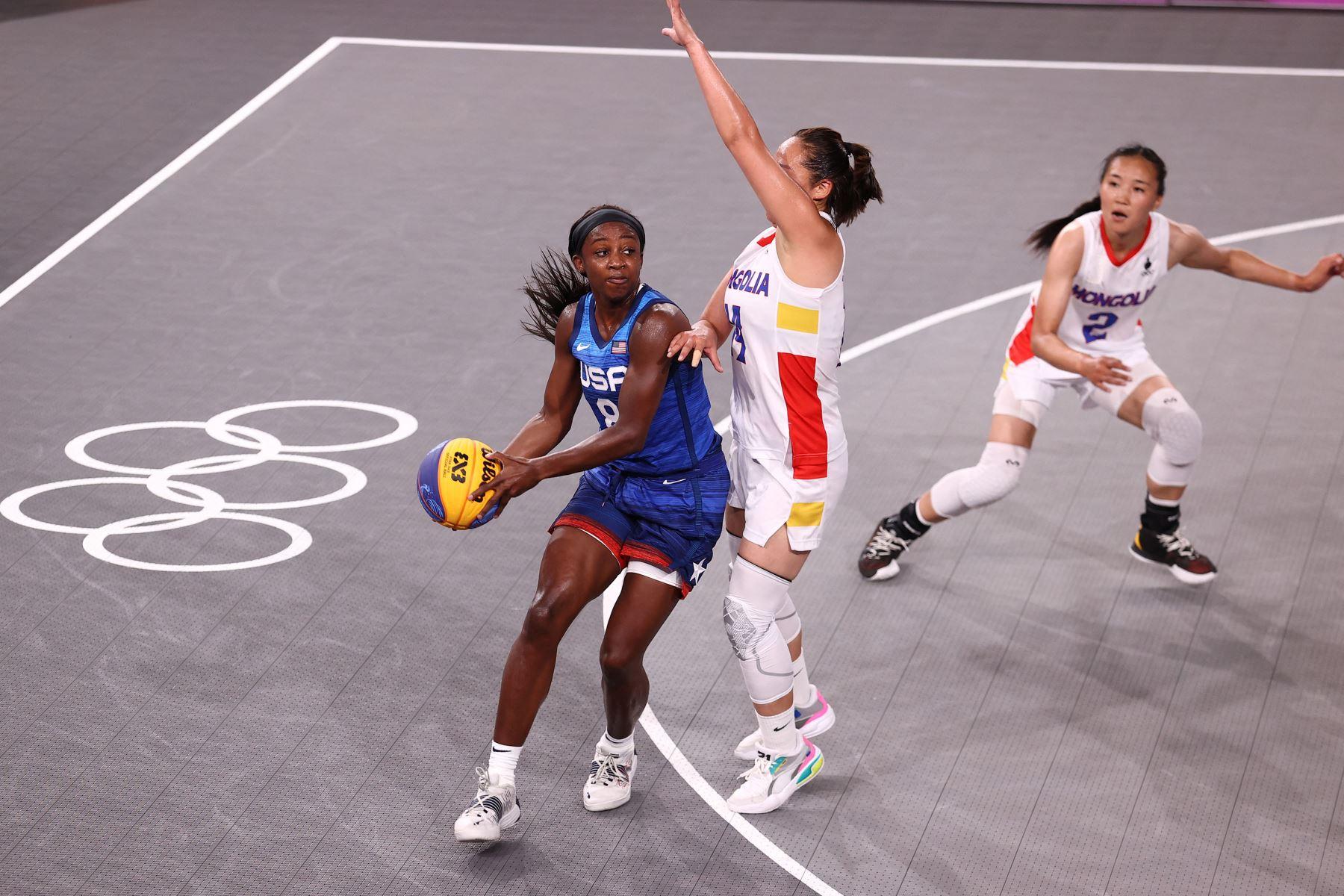 Jackie Young del Equipo Nacional de Mujeres de EE. UU. busca pasar el balón contra el Equipo Nacional de Mujeres de Mongolia durante los Juegos Olímpicos de Tokio 2020. Foto: AFP