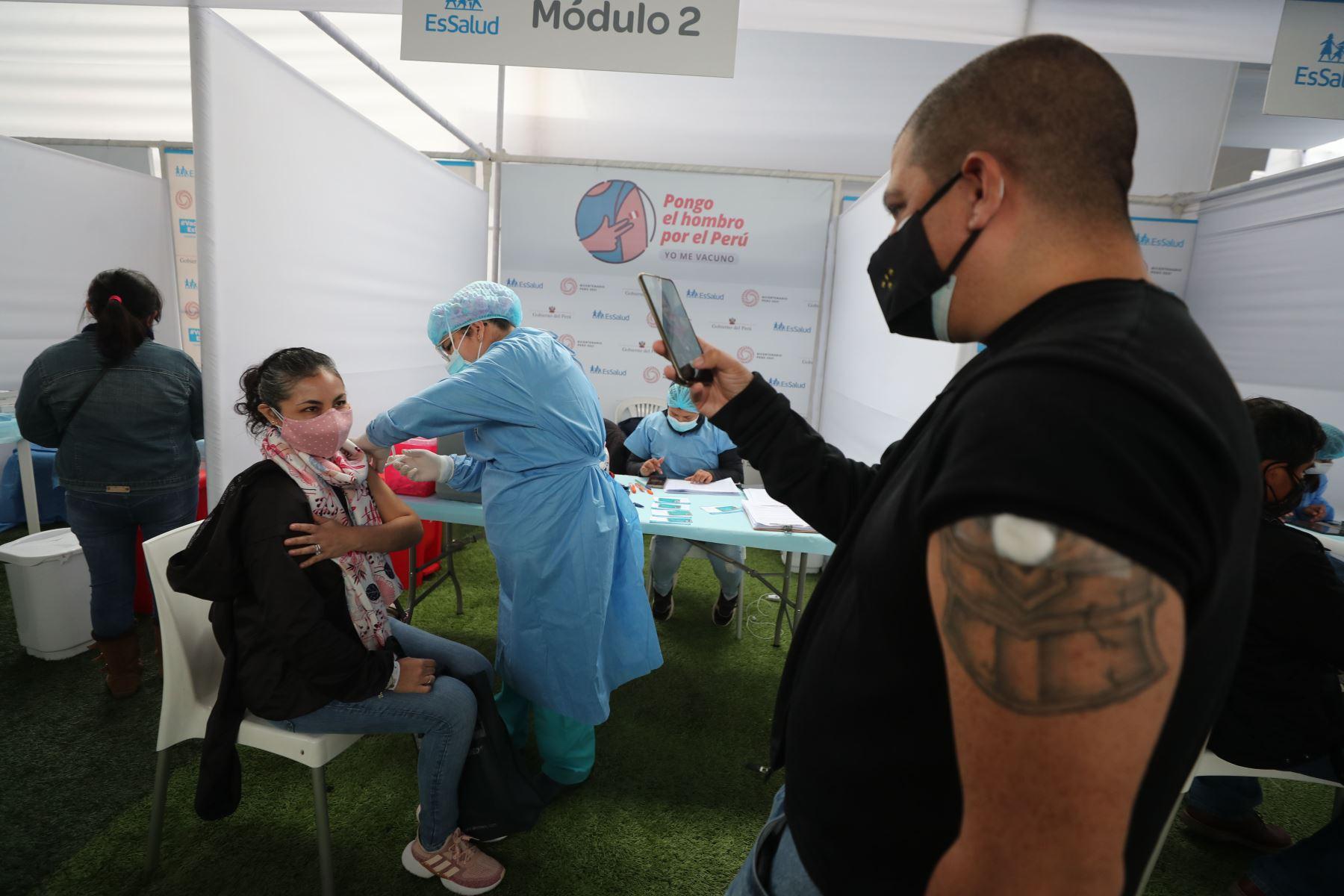 En el marco de la campaña de vacunación, la presidenta del Consejo de Ministros, Violeta Bermúdez junto a la presidenta ejecutiva de EsSalud y el alcalde de Surquillo, participan del Sembrado de 200 árboles por su 72 aniversario. Foto: PCM
