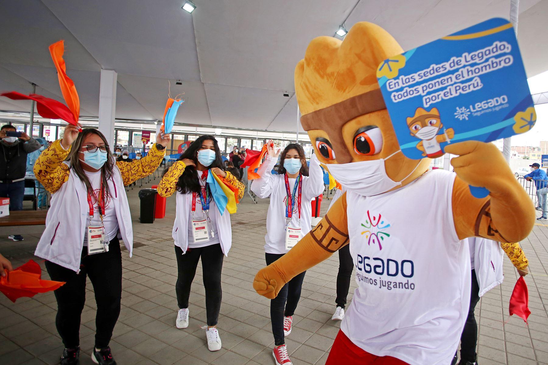 Con toda la energía y el entusiasmo que los caracteriza, un grupo de voluntarios de la vacunación, del Proyecto Legado, realizaron esta mañana un colorido 'Flashmob' por el segundo aniversario de los catalogados por la crítica como los mejores Juegos Panamericanos y Parapanamericanos de la historia. Foto: Legado