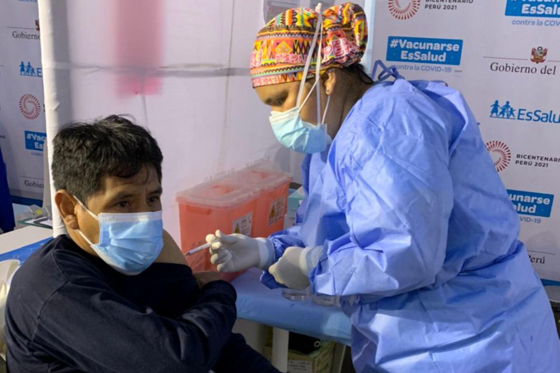 Continua tercera jornada del Vacunatón que se realizará durante 36 horas seguidas, desde las 7 a.m. del sábado 24 hasta las 7 p.m. del domingo 25 de julio, en 22 locales de vacunación habilitados en Lima y Callao. Foto: ANDINA/Essalud