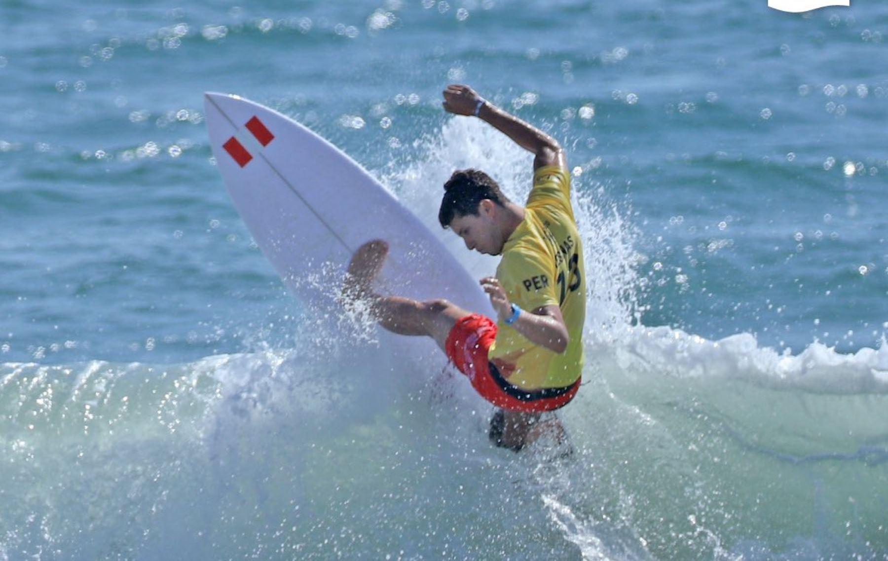 Lucca Mesinas se mantiene en la lucha por la medalla olímpica en surf.