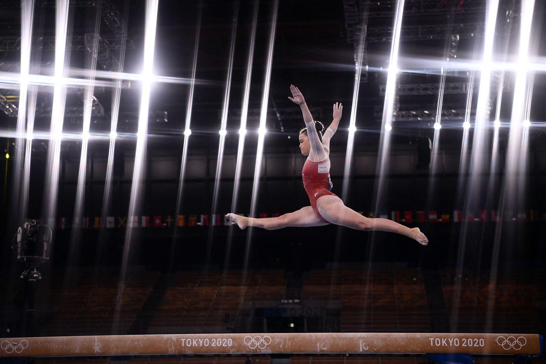 Ariana Orrego de Perú compite en el evento de viga de equilibrio de gimnasia artística de la clasificación femenina durante los Juegos Olímpicos de Tokio 2020 en el Centro de Gimnasia Ariake en Tokio. Foto: AFP