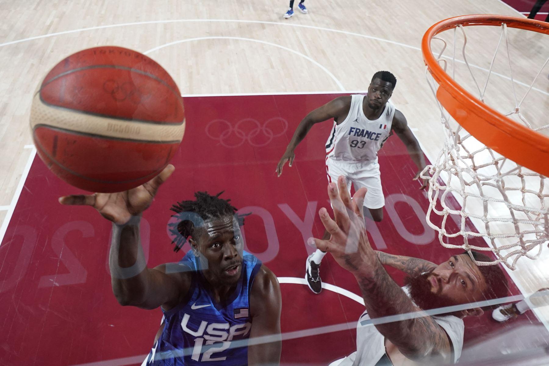 Jrue Holiday de EE. UU. va a por la canasta ante Vincent Poirier de Francia durante el partido de baloncesto del grupo A de la ronda preliminar masculina entre Francia y EE. UU. Durante los Juegos Olímpicos de Tokio 2020. Foto: AFP