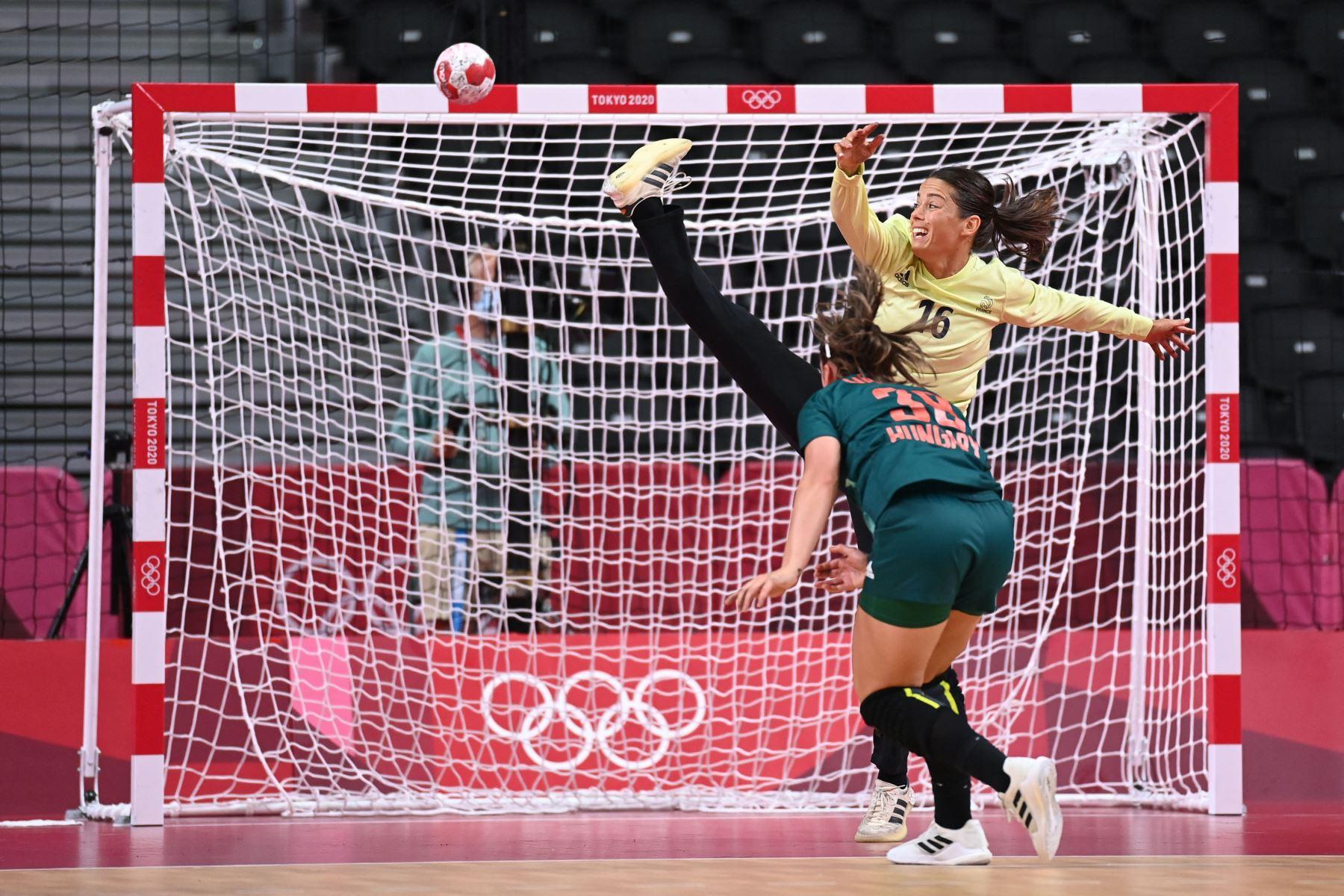 La portera francés Cleopatre Darleux no detiene un disparo de la defensa central de Hungría Petra Vamos durante el partido de balonmano del grupo B de la ronda preliminar femenina entre Hungría y Francia de los Juegos Olímpicos de Tokio 2020 en el Estadio Nacional Yoyogi en Tokio. Foto: AFP
