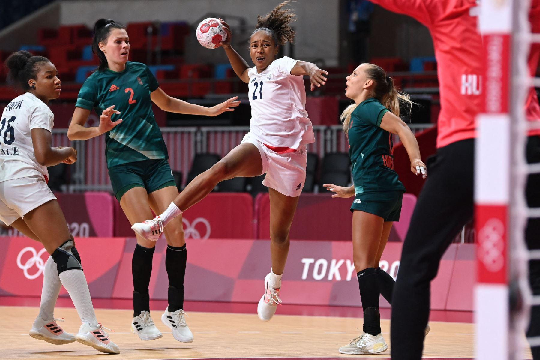 La lateral izquierda francesa Estelle Nze Minko dispara durante el partido de balonmano del grupo B de la ronda preliminar femenina entre Hungría y Francia de los Juegos Olímpicos de Tokio 2020 en el Estadio Nacional Yoyogi en Tokio. Foto: AFP