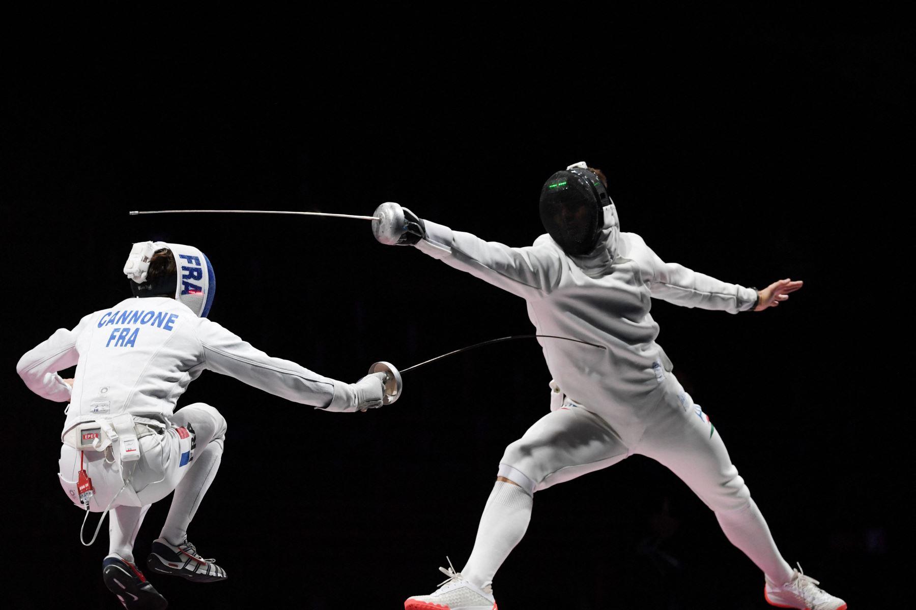 El francés Romain Cannone  compite contra el húngaro Gergely Siklosi en la pelea por la medalla de oro individual de espada masculina durante los Juegos Olímpicos de Tokio 2020 en el Makuhari Messe Hall en la ciudad de Chiba, Prefectura de Chiba, Japón. Foto: AFP