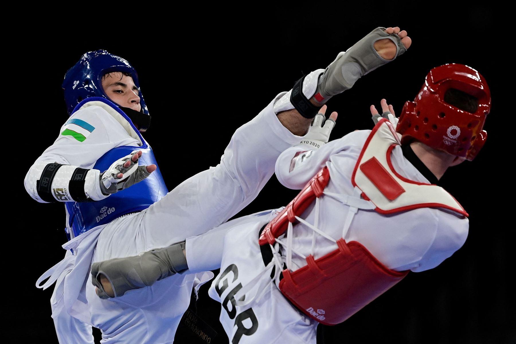 Ulugbek Rashitov de Uzbekistán y Bradly Sinden de Gran Bretaña compiten en la pelea por la medalla de oro de -68 kg de taekwondo masculino durante los Juegos Olímpicos de Tokio 2020 en el Makuhari Messe Hall en Tokio. Foto: AFP