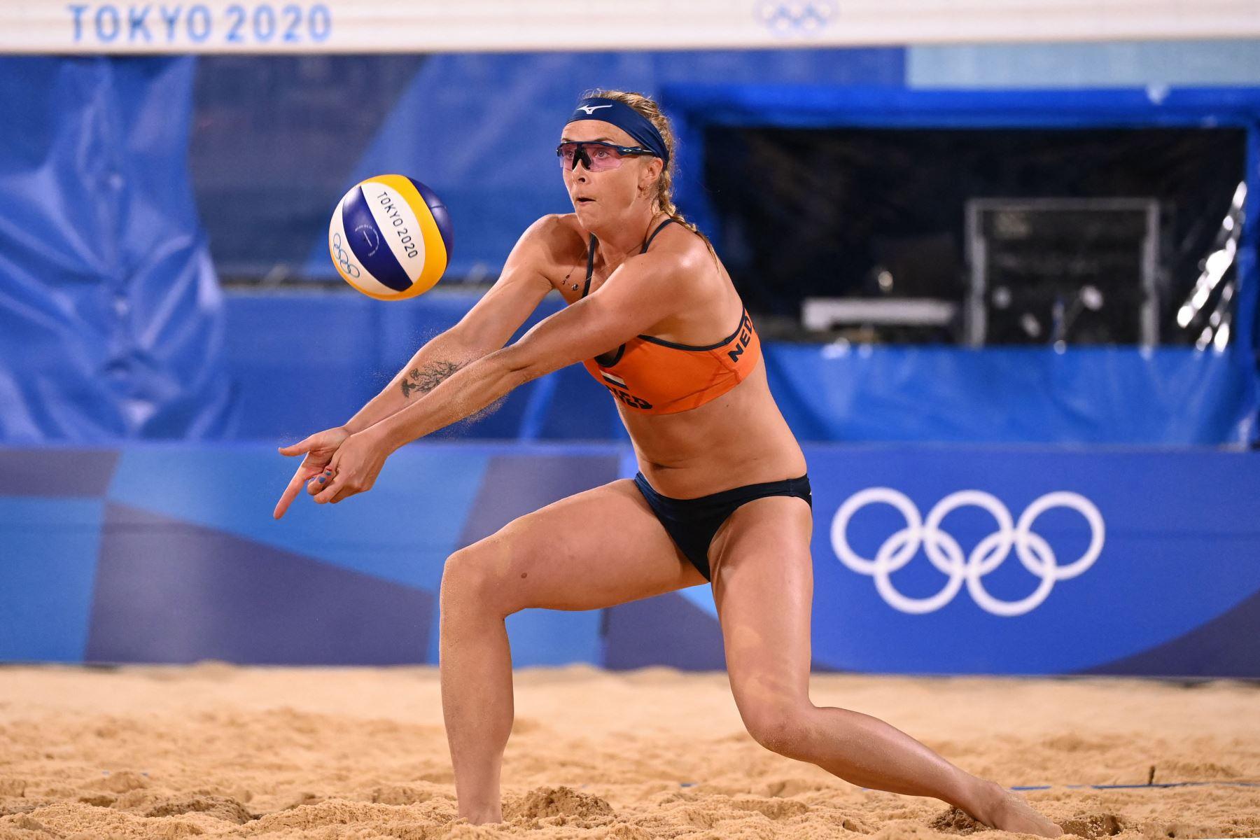 La holandesa Madelein Meppelink coloca el balón en el partido preliminar del grupo B de voleibol de playa femenino entre los Países Bajos y España durante los Juegos Olímpicos de Tokio 2020. Foto: AFP