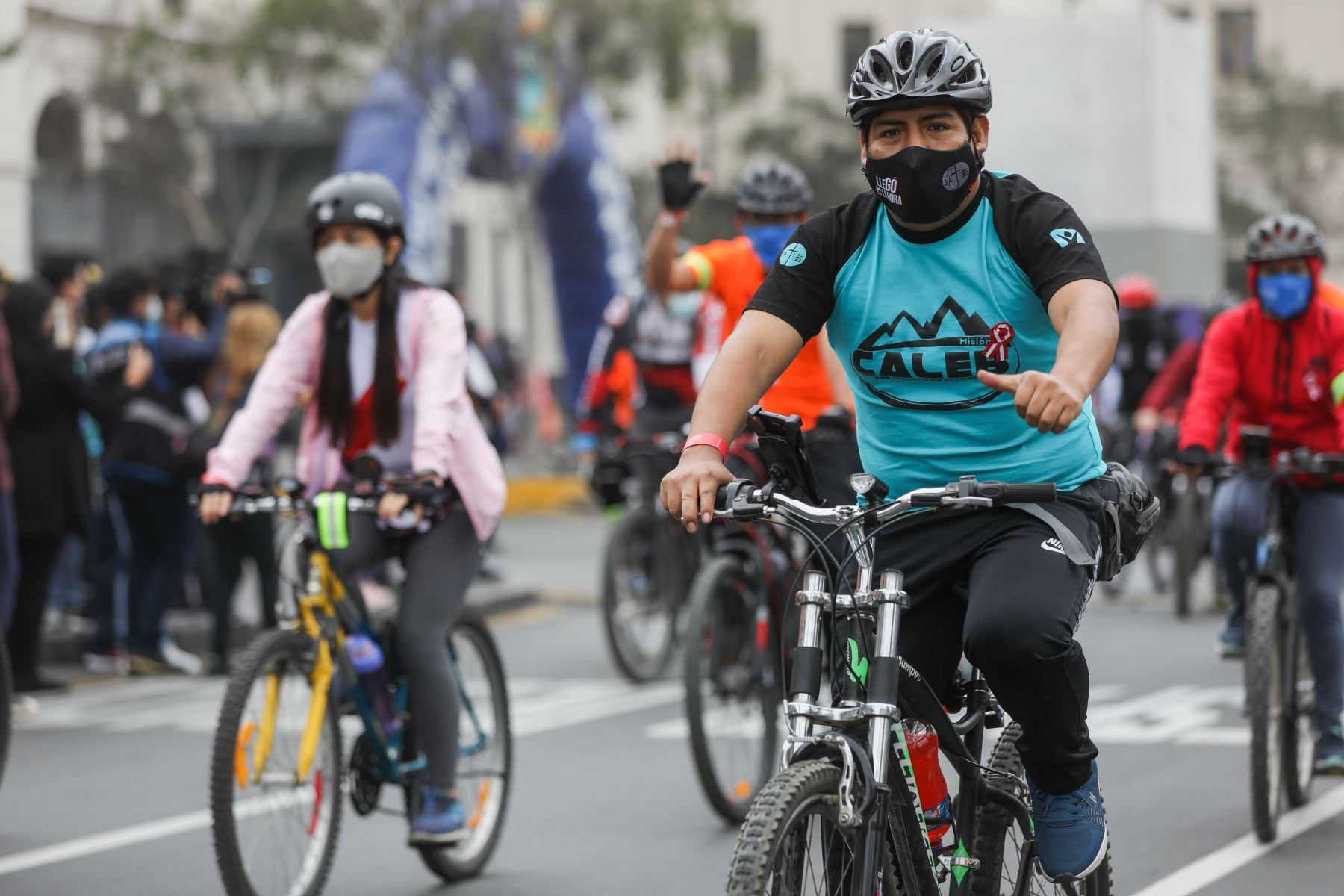"""Municipalidad de Lima organiza bicicleteada """"Pedaleando por el Bicentenario del Perú"""". Esta actividad se realiza en simultáneo en varias ciudades del país e incluye un recorrido ciclístico de 25 km en cada lugar. Foto: ANDINA/Municipalidad de Lima"""